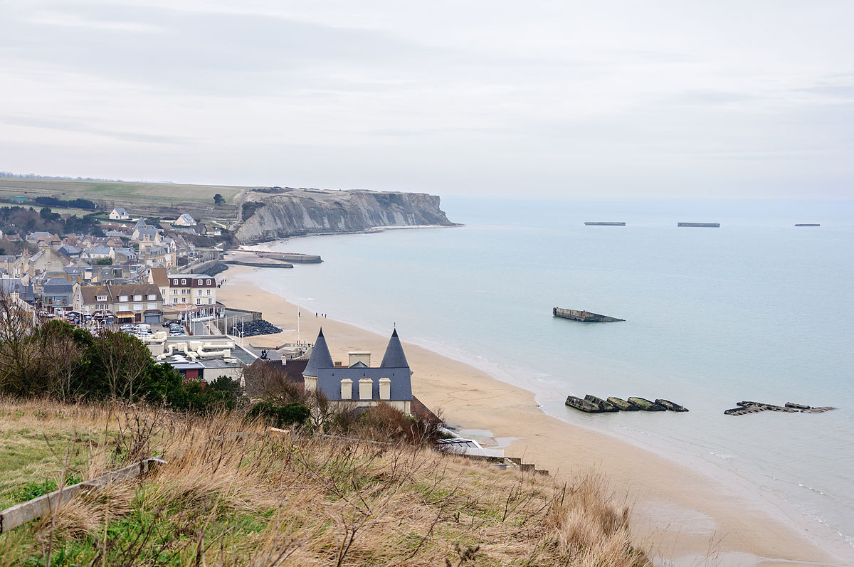 1200px-Arromanches-les-Bains_port_artificiel_Mulberry